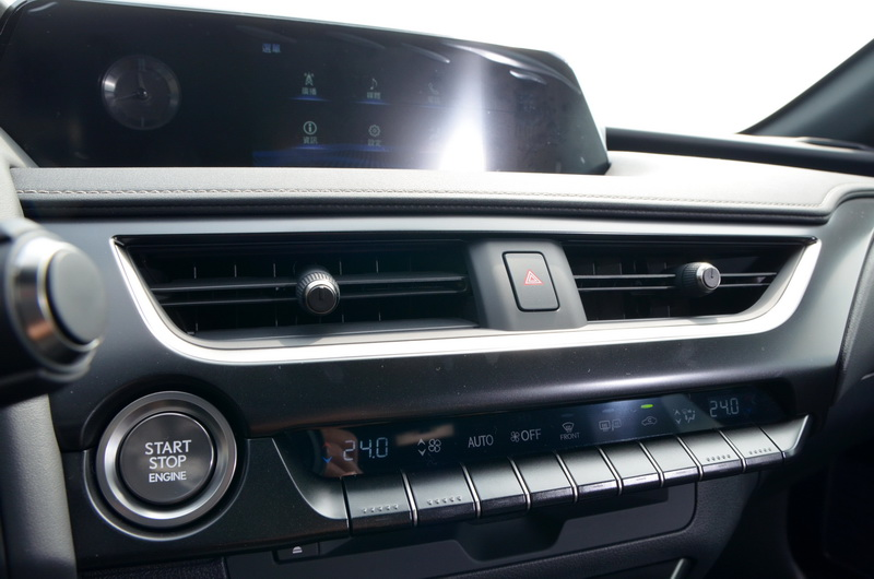 中控上方為7吋液晶螢幕,面板採霧面素料搭配銀色類金屬飾條,營造出高級車本該有的質感