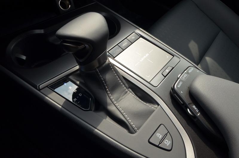 Lexus熟悉的滑鼠板操控介面在UX依舊可見,下方為娛樂資訊系統的操作按鍵區