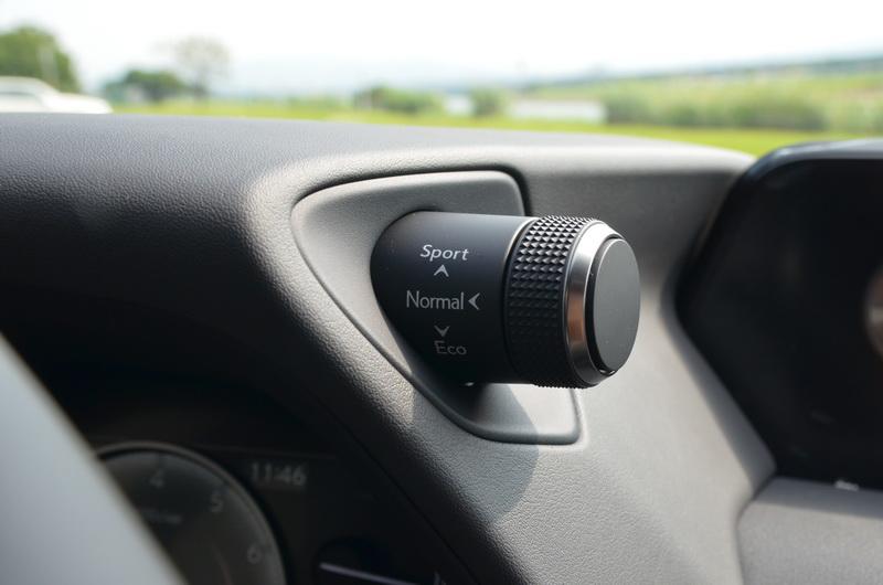 駕駛模式按鈕依循傳統設計在儀表右上方