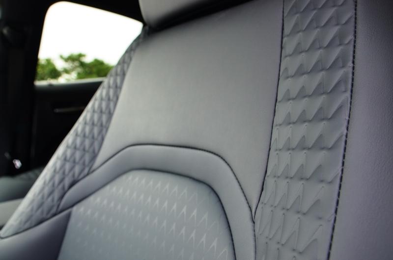 座椅利用特殊的菱形縫線刻畫出多一分的設計巧思