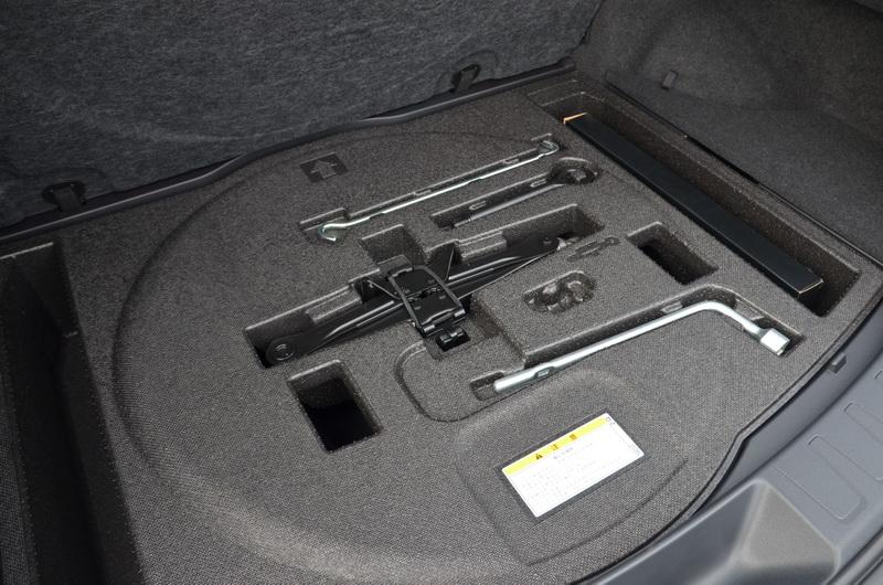 後廂隔版打開藏有簡易型的修車工具