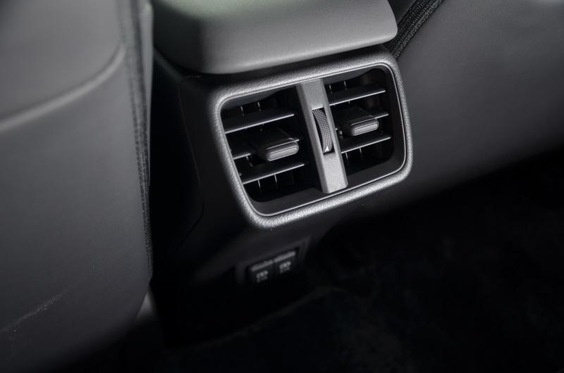 後座獨立出風口在炎熱環境下能迅速達到清涼效果,下方還具備2組USB充電插座