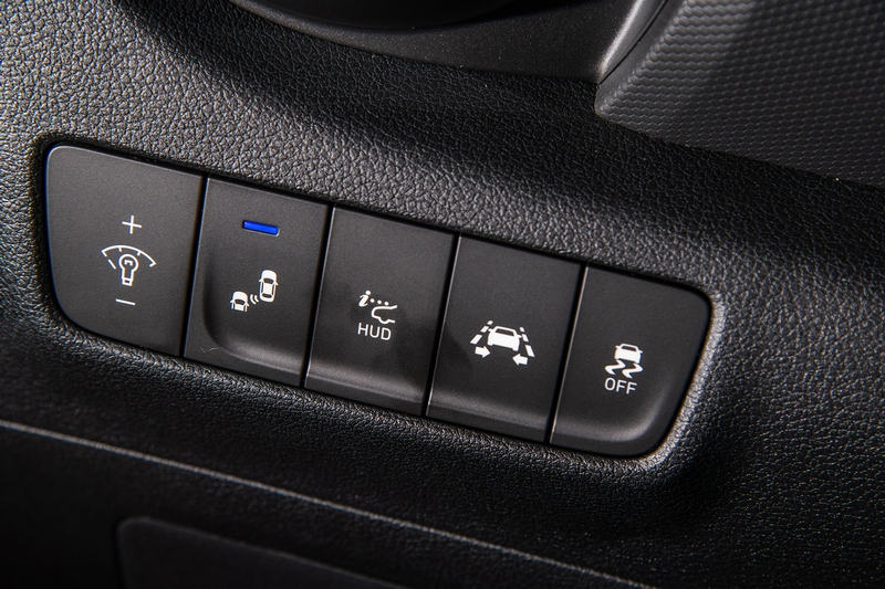 Hyundai SmartSense」主動安全科技,整合LDW車道偏移警示、FCW前方撞擊警示、FCA前方主動煞停輔助、HBA智慧型頭燈配備。