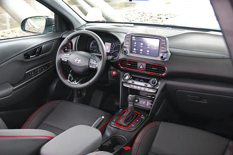 座艙設計相對較為保守,不過空調、安全帶、排檔座等處輔以紅色元素妝點仍營造出活潑氛圍。