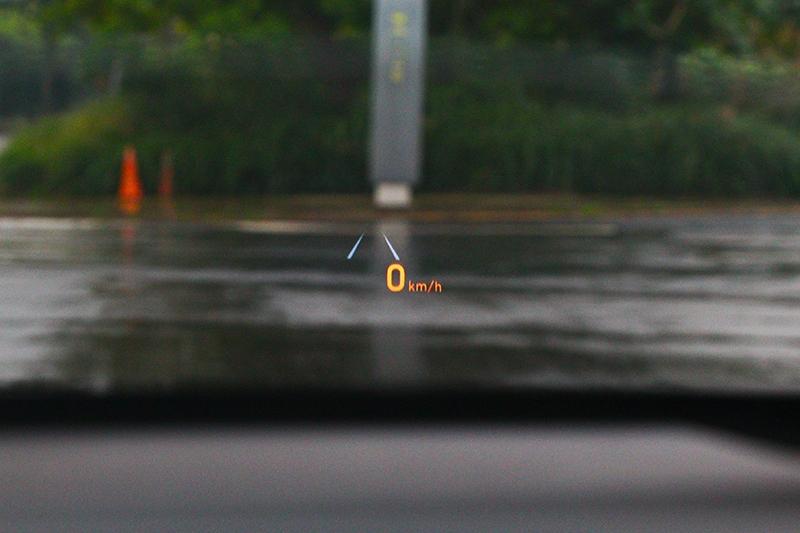 八吋抬頭顯示器踩升降設計,並提供車速、盲點、定速等資訊。
