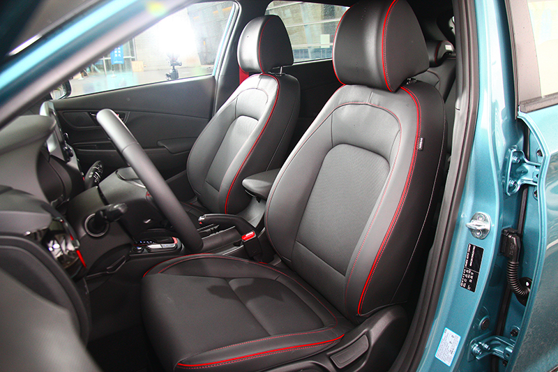 座以採皮質包覆與紅色車縫線,於成座質感與包覆性都具有一定水準。
