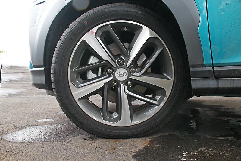 18吋輪圈與235mm胎寬Continental CSC5輪胎組合搭配,即使在濕滑路面依舊保持穩定循跡性。