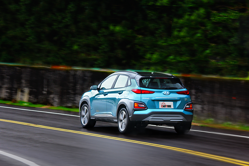 輕微的側傾與車身穩定性,有著如性能鋼砲般操駕水準。