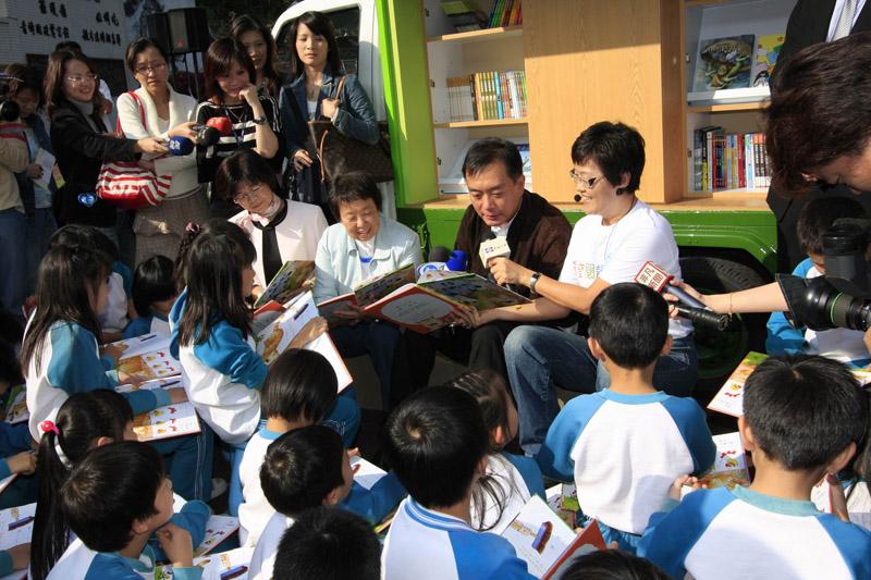 嚴凱泰執行長過去常親自參與公益活動。