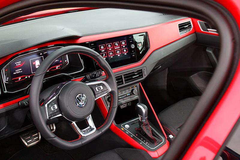 紅色飾板與經典格紋座椅讓Polo GTI座艙充滿性能氣息。