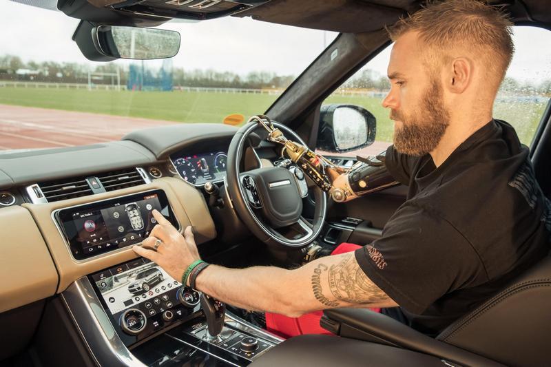 車門自動啟閉系統當駕駛接近便會開啟車門,坐在車內按下按鈕就可關門,同時還可設定下車自動關門功能。
