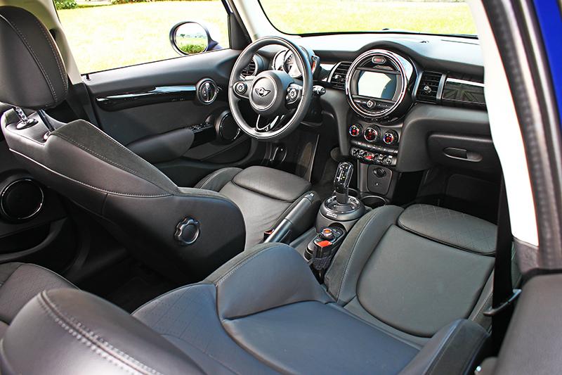 Cooper的座艙比較素,相對視覺反而更具質感。