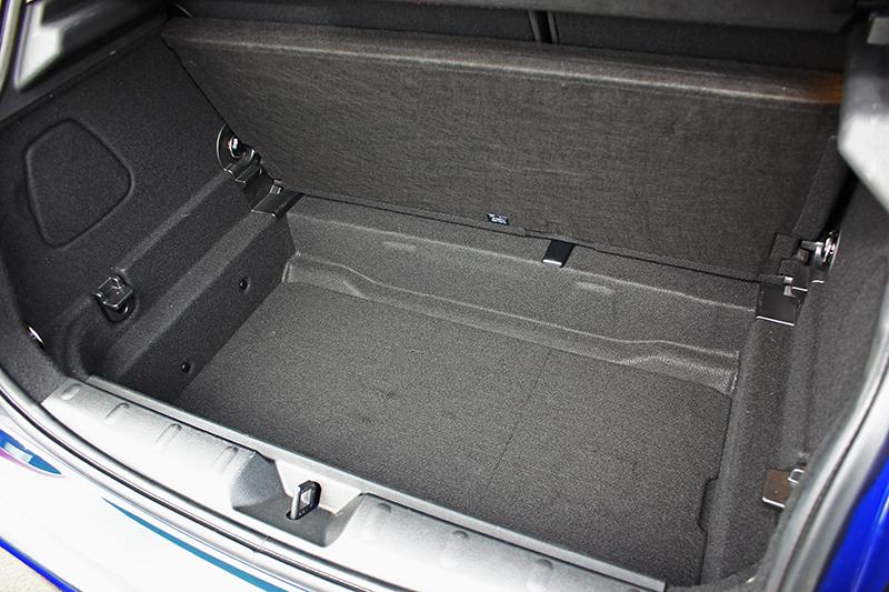 行李廂容積本來便有278升,將後座椅背放倒更可延伸至941升。