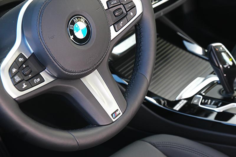 此次試駕選配M款方向盤,握感與視覺都相當出色。