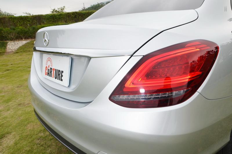 四門車型的尾燈在原有的輪廓下導入的C型導光燈條