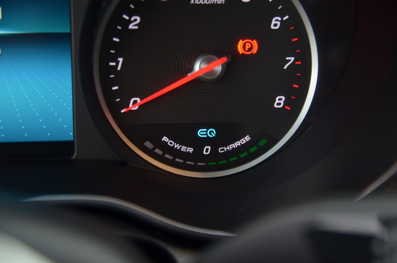 C200的轉速表下方多了一列EQ Boost系統的作動指示燈