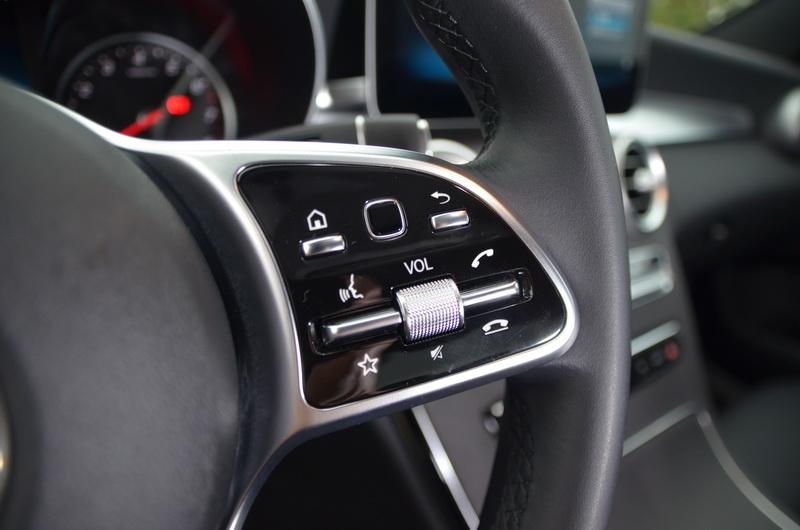 右側則為語音控制、電話、音響以及Touch Control觸控式操作按鍵
