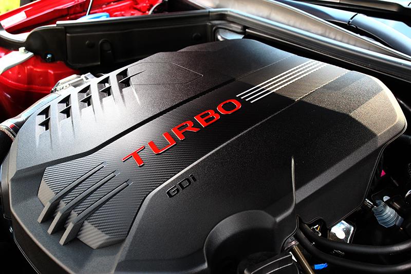 3.3升V6渦輪引擎擁有370hp/52kgm最大輸出動力與4.9秒0~100km/h實力。