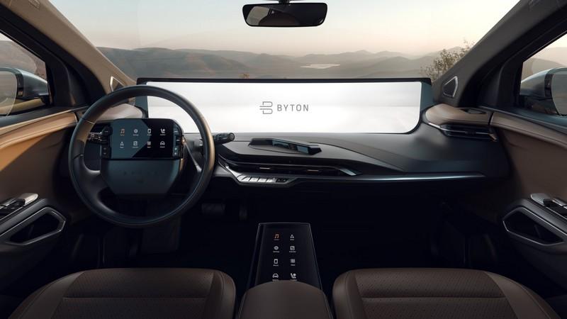 中控採用48吋數位曲面螢幕,就連方向盤與排檔座等處也全數採用數位螢幕。