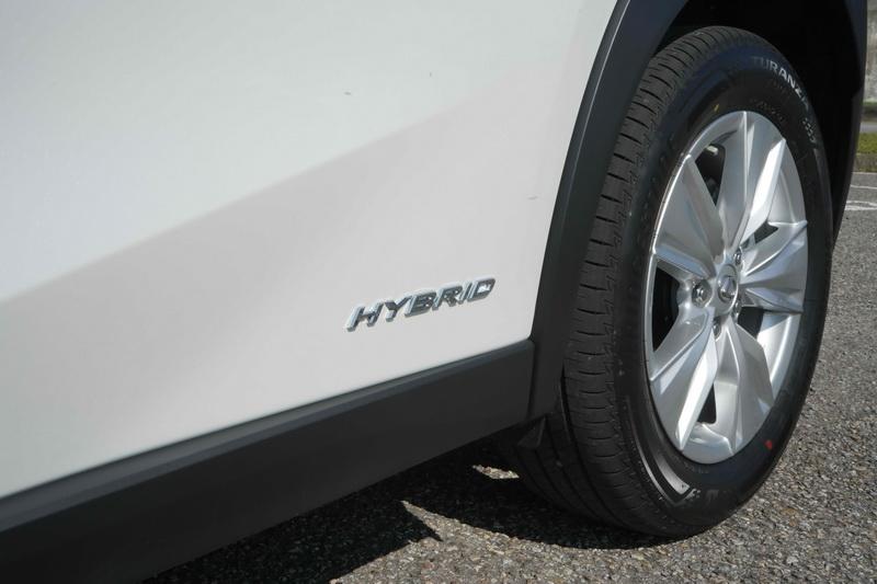 後門板接近輪拱處標有Hybrid字樣