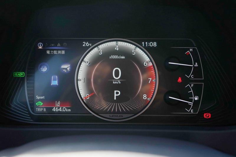 油電版的駕駛儀表左側多了充電/放電及動力傳輸的資訊顯示