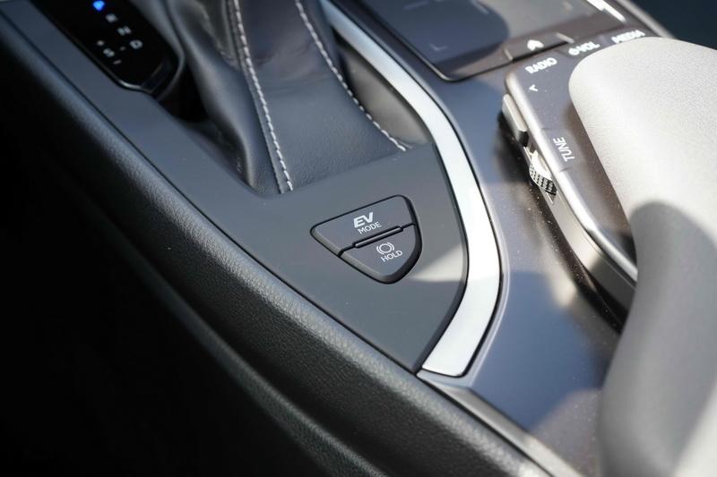 油電版的中央鞍座上也多了一顆EV模式按鍵