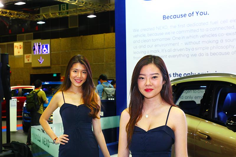這兩位Model一看就知道是韓國品牌(Hyundai)。