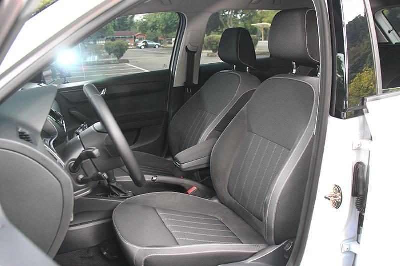 有別於菱格紋選配的麂皮與布料相間座椅也別有風味。