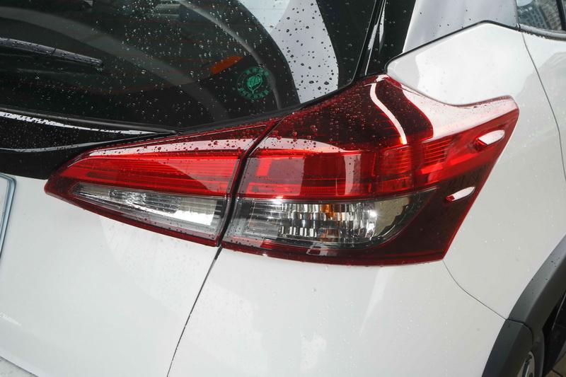 豪華版在尾燈部分多了LED光條