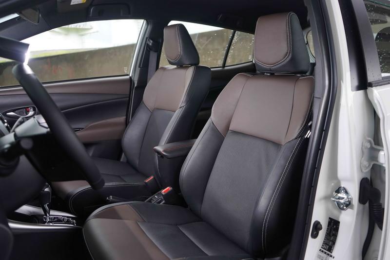 豪華版則多了真皮材質的座椅、方向盤及排檔頭