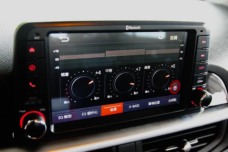 多媒體中控系統不僅具有轉移目光效果,也有音場調整與導航等多項實用功能。
