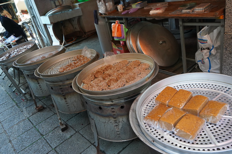 老街沿路販售著許多傳統的客家糕點