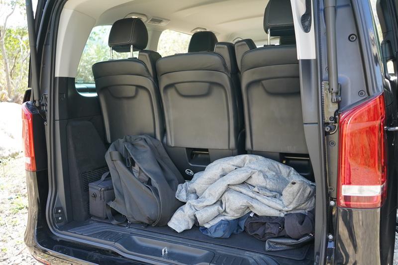 雖然V 220d車長不如V 250d,但在滿座狀態下後廂仍能置入些隨身行李
