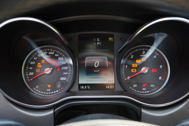 多功能彩色螢幕的運動化儀表是全車系的標準配備