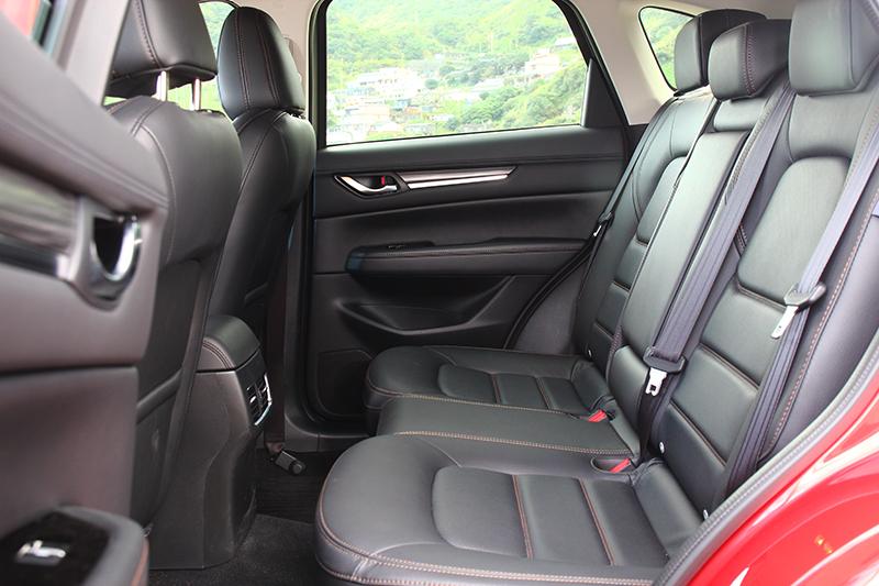 真皮座椅與2700mm軸距,不論前座或是後座都能享有不俗的乘坐感受。