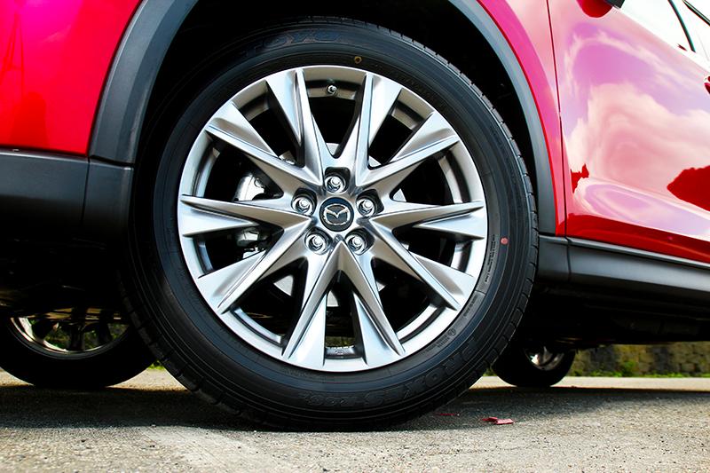 輪圈雖仍為19吋設定但卻換上新造型樣式。