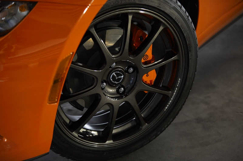 輪圈也換上Rays鍛造輪圈與前Brembo卡鉗。