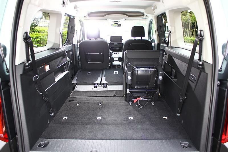 第三排座椅無論收折、前傾或拆卸均十分便捷,設計介面十足親切。