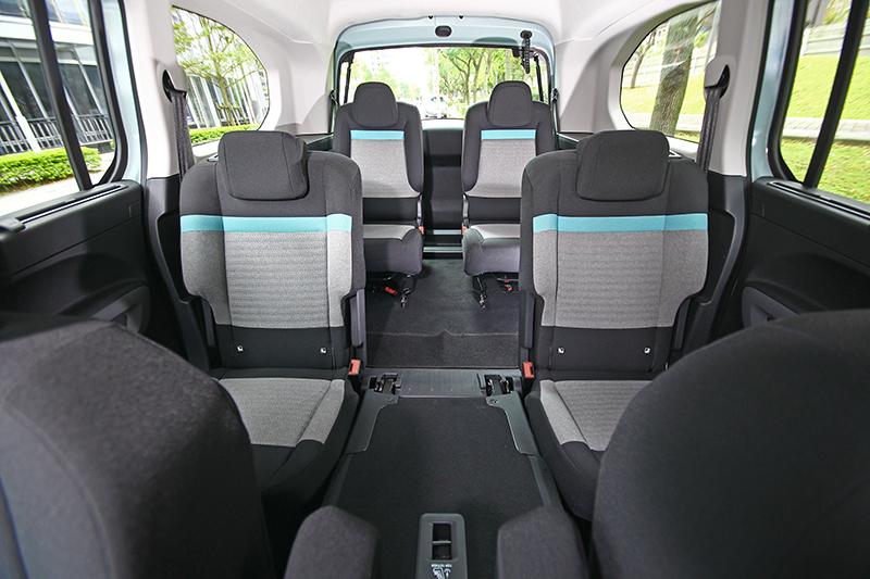 將中排中座前傾,可得出六人舒適乘坐的寬廣大空間。