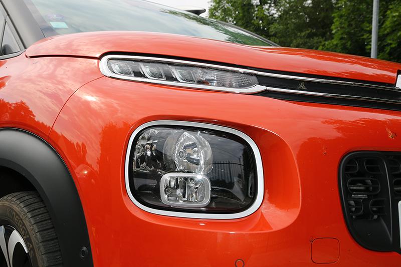 分離式頭燈是家族特色,下方的頭燈組整合了近燈、遠燈及前霧燈。