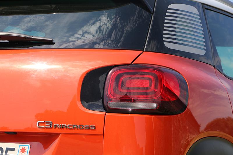3D尾燈同樣似曾相識,但C3 Aircross在尾門上做出延伸設計,讓整體造型更有變化。