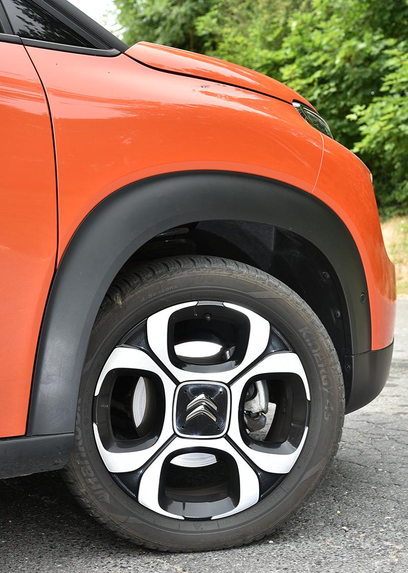 試駕車為頂規車型,配胎採215/50 R17規格。