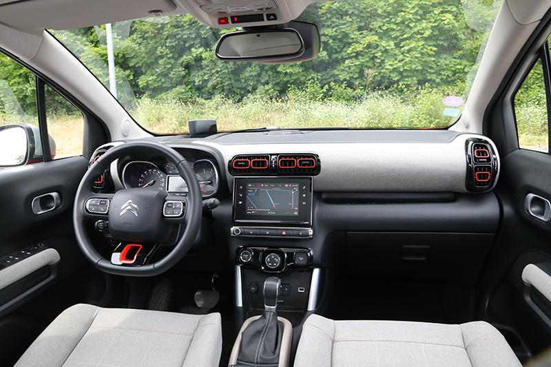 清爽的座艙底色搭配鮮豔的橘色方框妝點,帶來舒服愜意的乘坐氛圍。