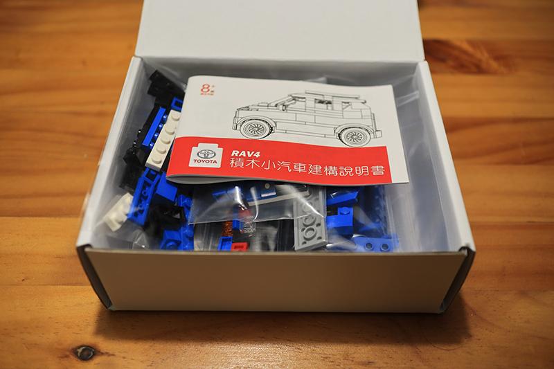 打開盒子,原來是積木,當然也有說明書。