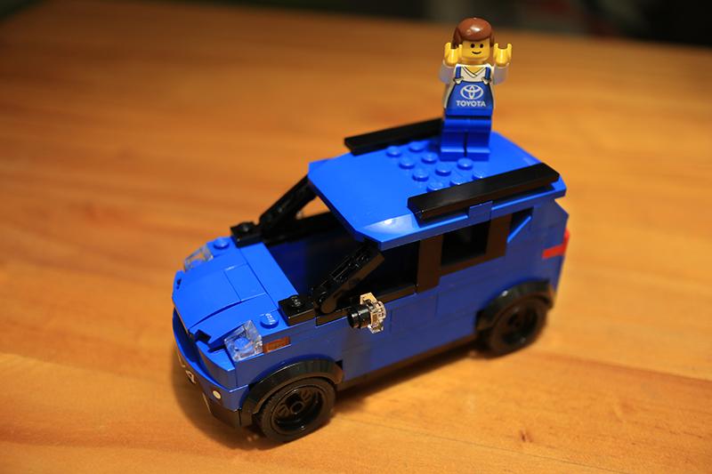 鏘鏘!把車頂裝上就全部完成了,完成品與Lego Speed Champion系列比例相仿,不過總覺得好像還缺了什麼?