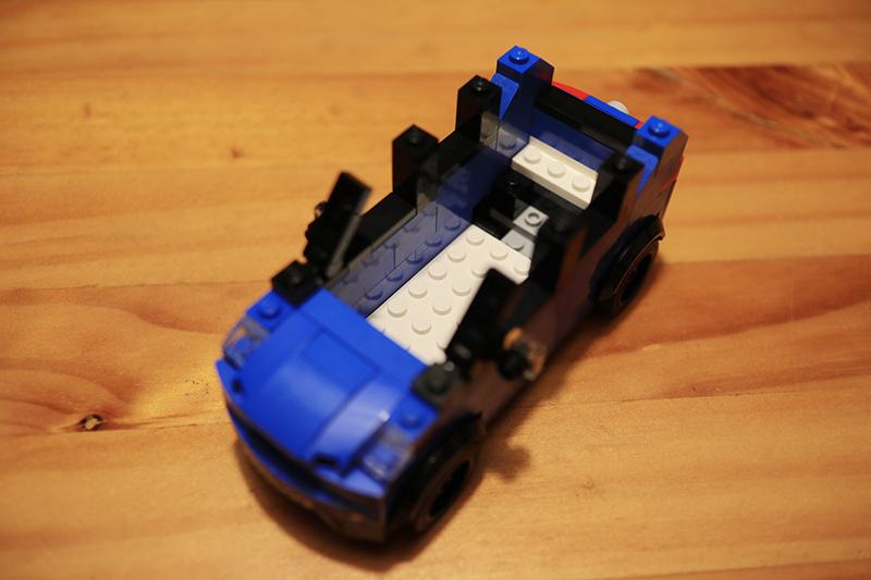 由於終究不是Lego Speed Champion,這盒RAV4組好後車室內其實空空的什麼都沒有。