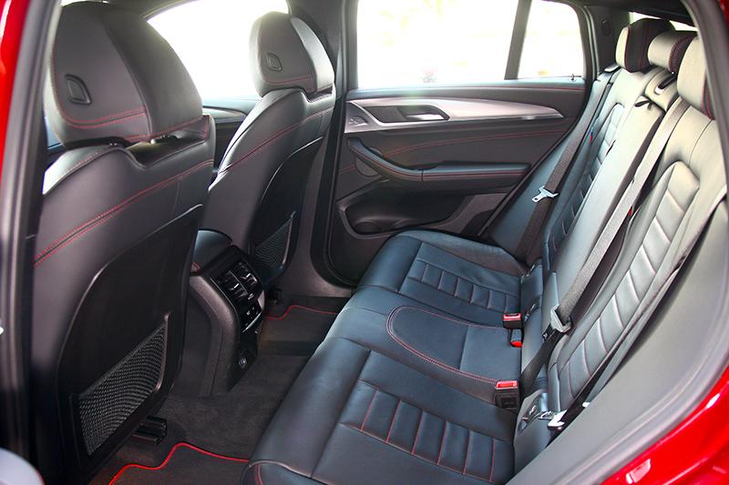 寬裕的空間安排,不論前座或後座都能找到舒適的姿勢。