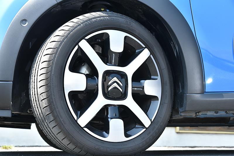 此組17吋鋁圈相當有特色,在新款Citroen小車上很常見。