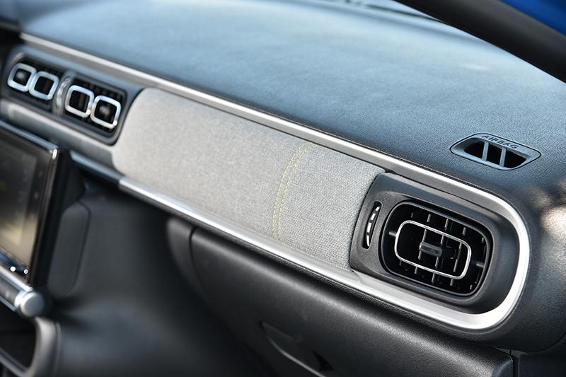 灰色布紋飾板十分特別,為車室增添居家感。