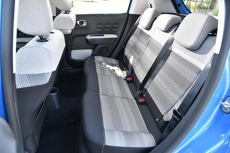 後座空間也比同級小車開闊些許,但還是適合兩名成人入座。